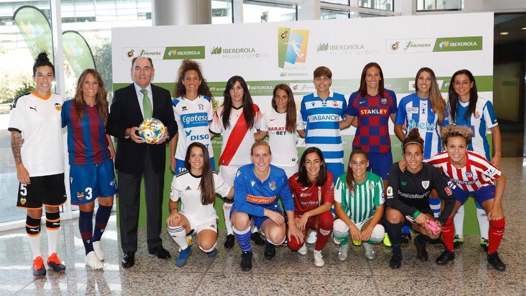 Ignacio Galán junto a futbolistas de la Primera Iberdrola