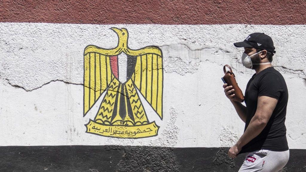 Un hombre con mascarilla en la capital de Egipto, El Cairo, durante la pandemia de coronavirus