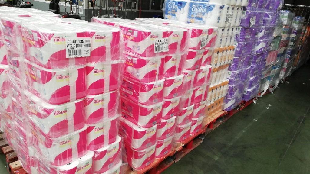 Pales de papel higiénico en un supermercado de Madrid