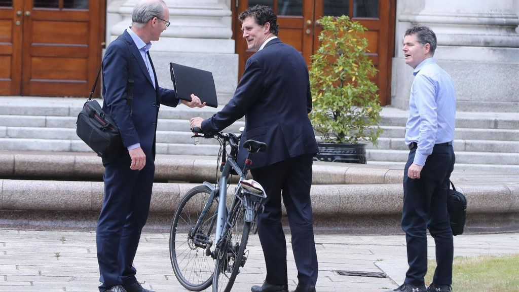 El ministro de Asuntos Exteriores de Irlanda, Simon Coveney (izqda); el líder del Partido Verde, Eamon Ryan (c); y el ministro de Finanzas y Gasto Público y Reforma, Paschal Donohoe (dcha)