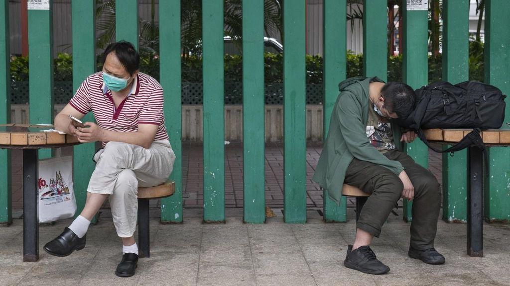 Dos hombres con mascarillas en China. coronavirus