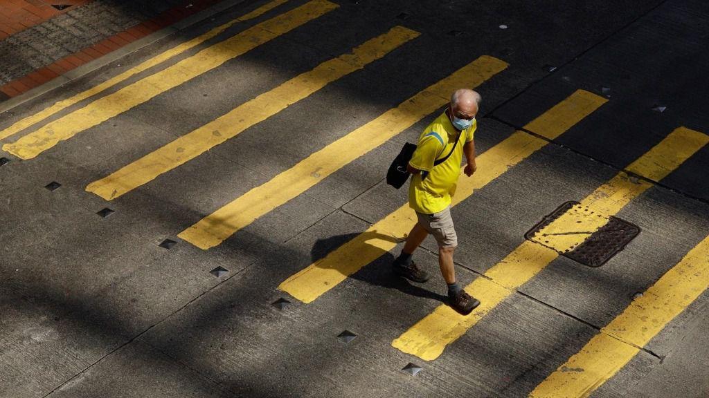 Un hombre cruza un paso de peatones en China