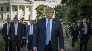 El presidente de Estados Unidos, Donald Trump, se dirige a la iglesia de Saint John desde la Casa Blanca