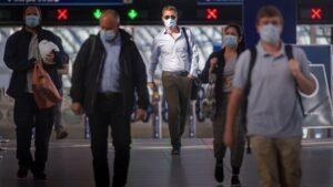 Pasajeros con mascarilla en la estación de Waterloo, en Londres