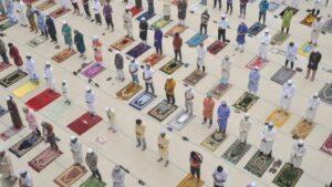 Rezos con distancia social en una mezquita de Bangladesh coronavirus