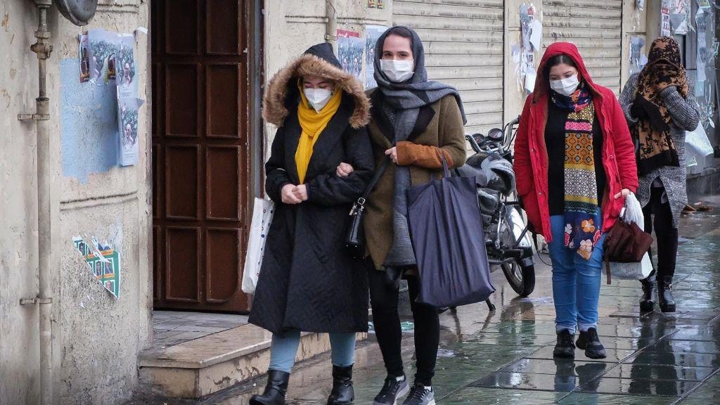 Varias personas en Irán con mascarillas