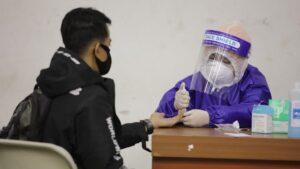 Un trabajador sanitario toma una muestra para una prueba de coronavirus en la localidad indonesia de Bandung