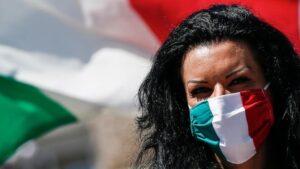 Una mujer con una mascarilla con la bandera de Italia