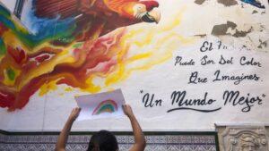 En Málaga, al igual que en el resto de España, los niños no han podido ir al colegio desde mediados de marzo. A pesar de ello, en el Centro de Acogida de CEAR las niñas y niños han dibujado arcoíris que después han colocado en las ventanas.