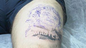 Imagen del tatuaje con el rostro de Fernando Simón