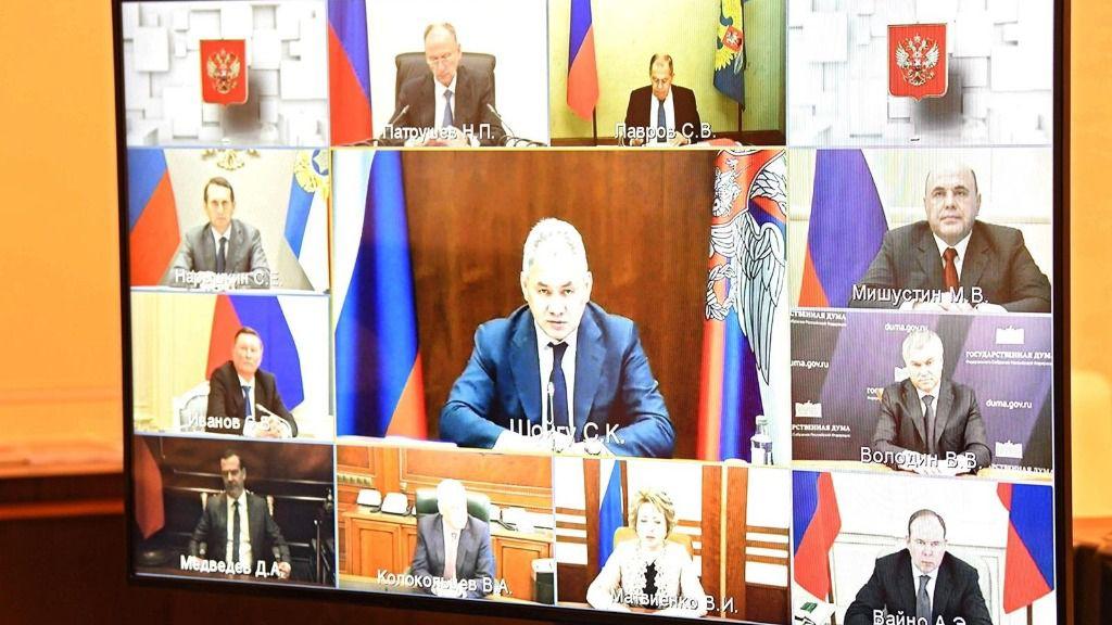Los miembros del Consejo de Seguridad de Rusia, encabezados por el ministro de Defensa, el general Sergei Shoigú, en una videoconferencia con Putin