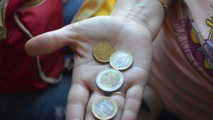 euro mano pobreza indigencia