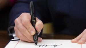 Donald Trump firmando una orden ejecutiva