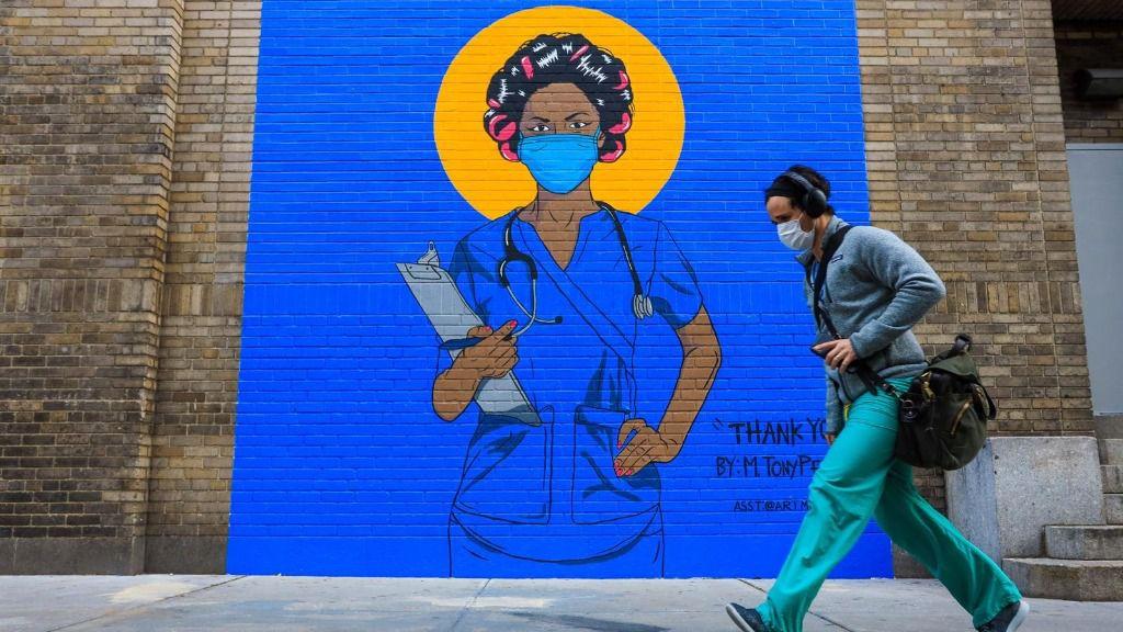 Un mural de homenaje al personal sanitario en Nueva York
