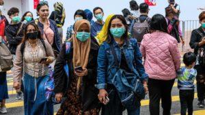 Un grupo de personas con mascarillas en Hong Kong.
