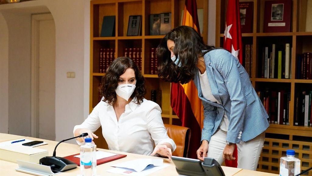 La presidenta de la Comunidad de Madrid, Isabel Díaz Ayuso (i), durante un Consejo de Gobierno Extraordinario