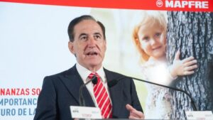 Antonio Huertas, presidente de Mapfre, durante su intervención en el Curso de Economía organizado por la APIE en la UIMP