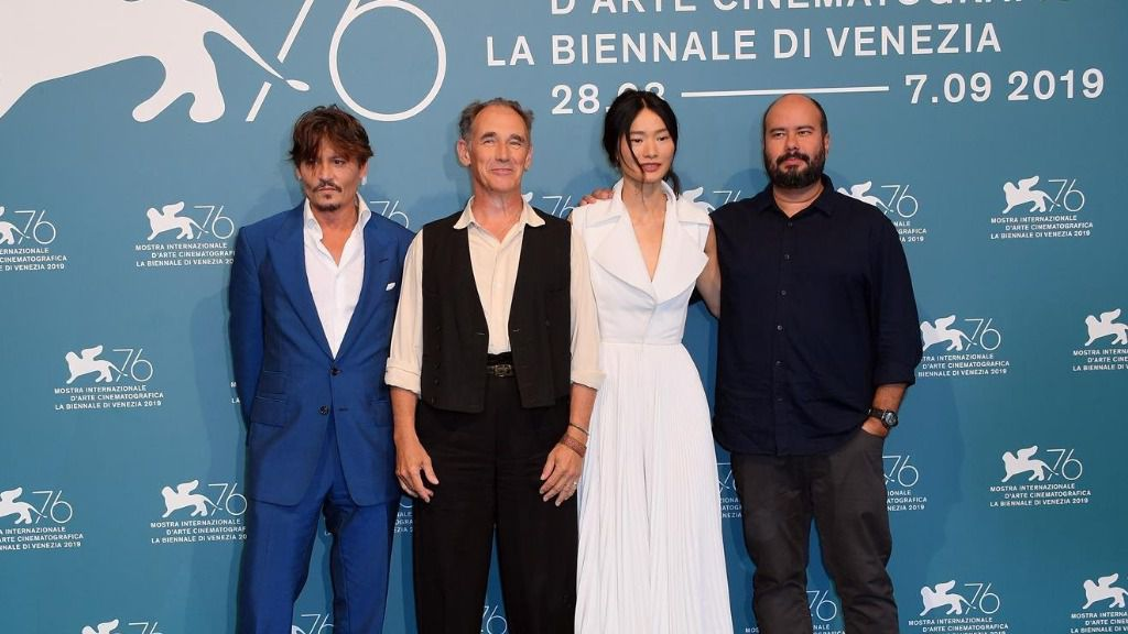 Ciro Guerra, presentando en Venecia su película 'Waiting For The Barbarians' junto a Johnny Depp