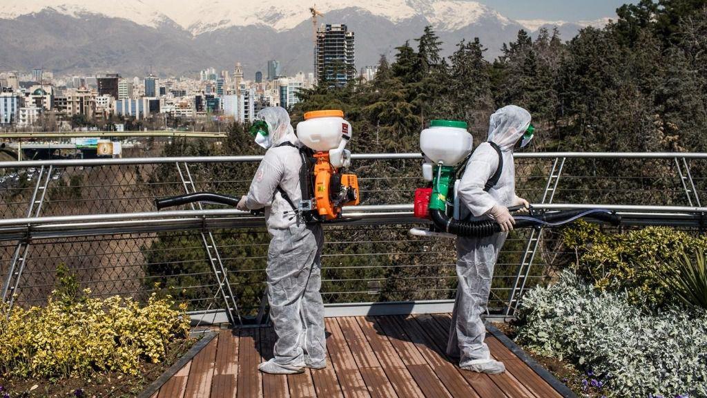 Trabajadores iraníes desinfectando un puente en Teherán