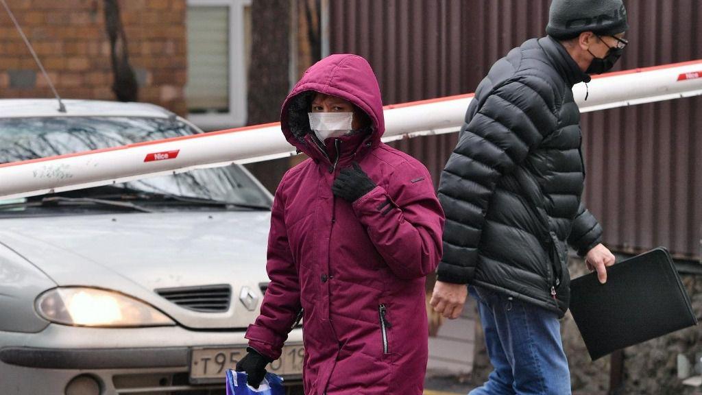 Dos ciudadanos rusos con mascarilla en Moscú