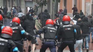 Agentes de la Ertzaintza cargan contra un grupo de radicales que intentan boicotear un mitin del presidente de Vox, Santiago Abascal, en Sestao
