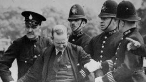 Detención de Patrick McMahon el 16 de julio de 1936 tras intentar asesinar al rey de Inglaterra, Eduardo VIII