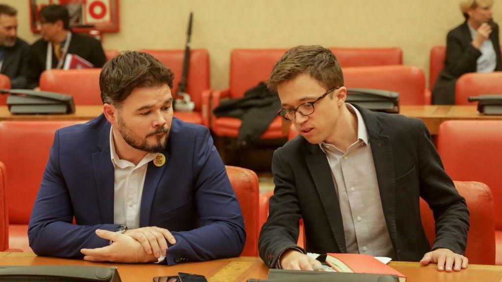 El portavoz de ERC en el Congreso, Gabriel Rufián; y el diputado de Más País, Íñigo Errejón, en una reunión en la Comisión Constitucional