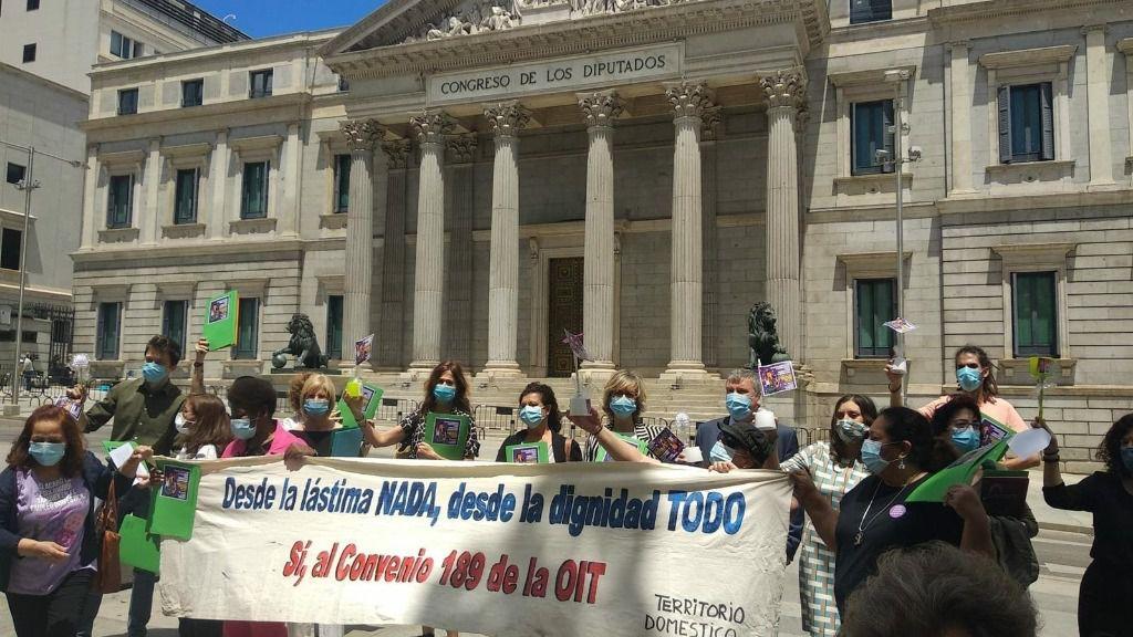 Una representación de las trabajadoras de hogar y cuidados a las puertas del Congreso de los Diputados