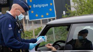 Un policía comprueba el carné de identidad en la frontera de Bélgica con Francia coronavirus