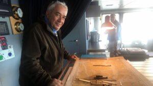 El poeta e investigador José Alcamí a bordo de un barco en Tierra de Fuego