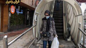 Una mujer con mascarilla en la capital de Irán, Teherán, ciudad afectada por el nuevo coronavirus