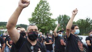 Trabajadores de Nissan Barcelona levantan el brazo como signo de protesta en la concentración convocada por el cierre de las plantas catalanas ante la fábrica de la compañía en Los Corrales de Buelna, Cantabria (España)