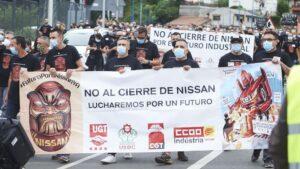 Trabajadores de Nissan Barcelona con pancartas nte la fábrica de la compañía en Los Corrales de Buelna, Cantabria (España)