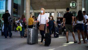 Pasajeros con maletas llegan al Aeropuerto de Palma de Mallorca el día de la reapertura de las fronteras de España tras su cierre por el Covid-19, en Palma de Mallorca