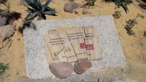 Placa destrozada en homenaje a los Abogados de Atocha en Alcorcón
