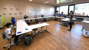 Niños con mascarilla en una clase en Alemania coronavirus