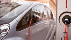 Imagen de un coche eléctrico cargándose