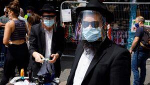 Personas con mascarilla en Israel durante la pandemia de coronavirus