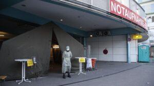 Un militar con traje de protección en el acceso de un hospital en la ciudad austriaca de Graz coronavirus