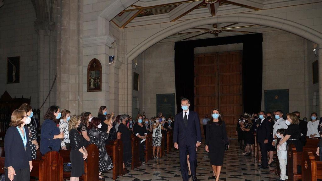 El Rey Felipe VI y la Reina Letizia a su llegada este lunes a la Santa Misa celebrada en recuerdo de todas las víctimas del COVID-19 en la Catedral de la Almudena