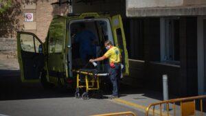 Un sanitario desinfecta una camilla de una ambulancia en el Hospital Universitario Arnau de Vilanova de Lleida
