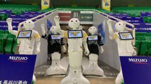 Robots Pepper en el estadio del equipo japonés de béisbol Fukuoka SoftBank Hawks.