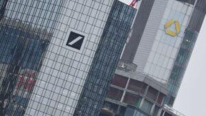 Las centrales del Deutsche Bank (izq.) y del Commerzbank (derecha) en Fráncfort