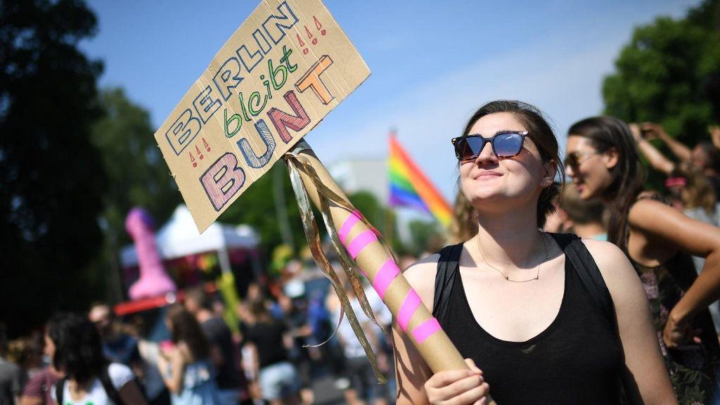 """Manifestación contra AfD en Berlín. Una mujer con el lema """"Berlín es multicolor"""" en una pancarta"""