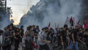 La Policía ha lanzado gases lacrimógenos contra las personas que se congregaban para protestar contra la ley del Gobierno que pretende restringir el derecho a manifestación