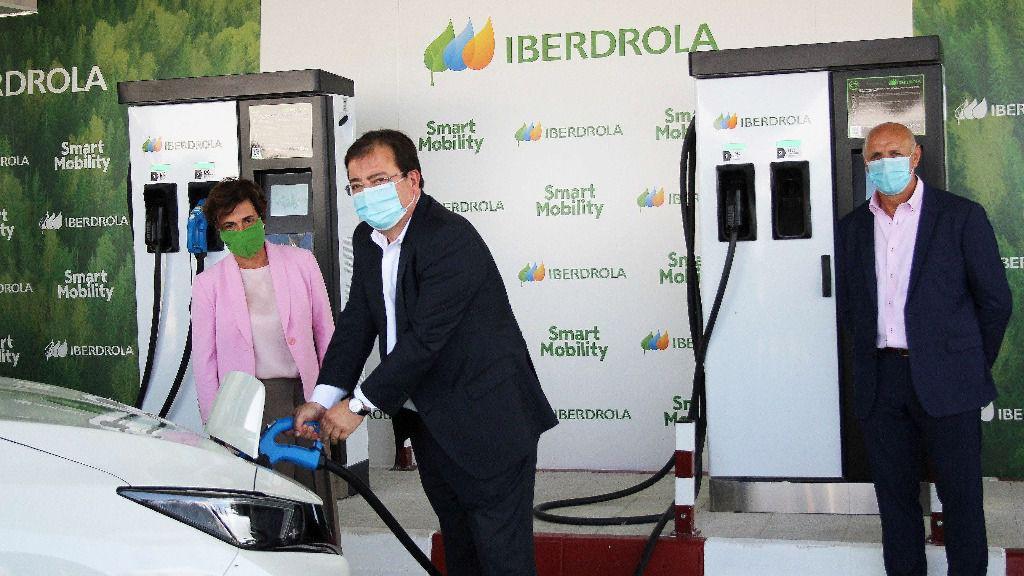 Primera recarga de vehículo eléctrico de Iberdrola en Monesterio, Extremadura