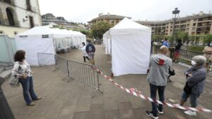 Vecinos de Ordizia hacen cola para realizarse un test de coronavirus en las carpas instaladas