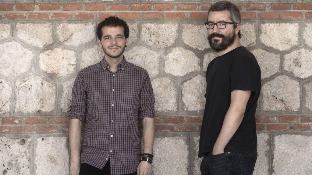 El entrevistado Pedro Gullón, a la izquierda, con Javier Padilla, ambos coautores de Epidemiocracia