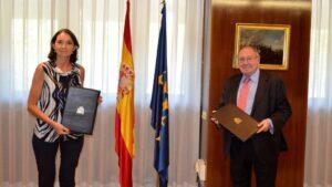 La ministra de Industria, Comercio y Turismo, Reyes Maroto, y el presidente de la Cámara de Comercio de España, José Luis Bonet