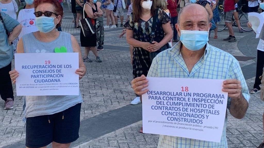 Manifestantes en la concentración por la sanidad pública frente a la Asamblea de Madrid